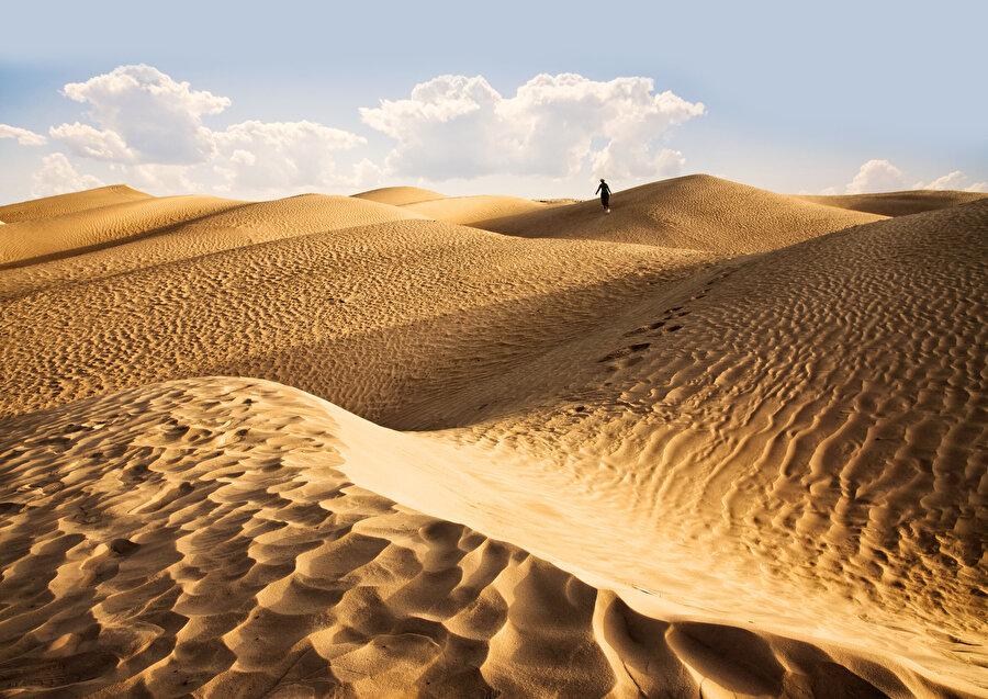 Muhammed Esed'in yıllarca Arabistan çöllerinde seyahat etmesi... Molada hemen bir ateş yaktırıp rehberine köze kahve sürdürmesi...