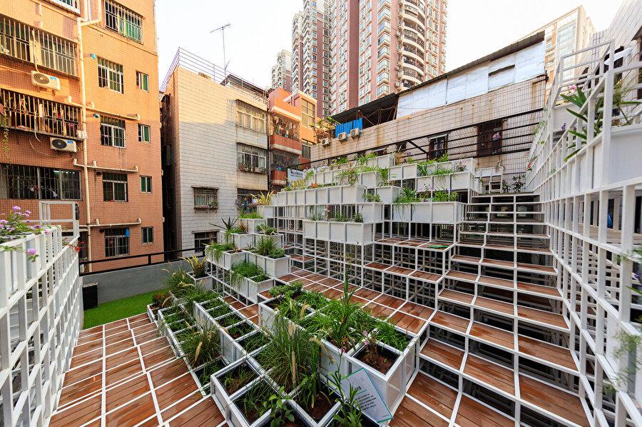 Yeşil Bulut farklı yüksekliklerdeki teras ve çatıyı birleştiriyor.