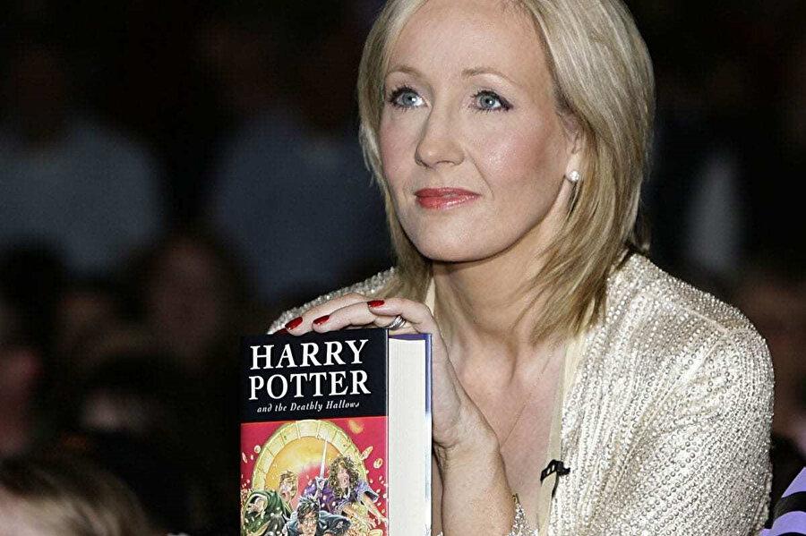 """İngiliz yazar J. K. Rowling, """"Harry Potter"""" serisi ile dünya çapında üne kavuşmuştu."""