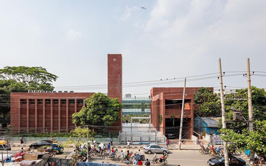Yapının girişinde, güneybatı köşesinde dikdörtgen forma sahip bir minare yer alıyor.
