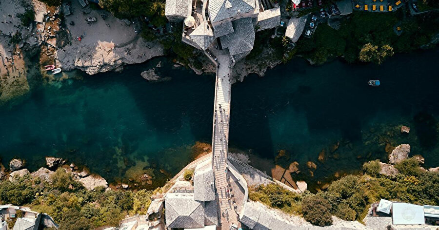 Mostar kenti, Mostar Köprüsü ve çoğunluğu Osmanlı döneminden kalan tarihî eserleriyle dikkatleri çekiyor.