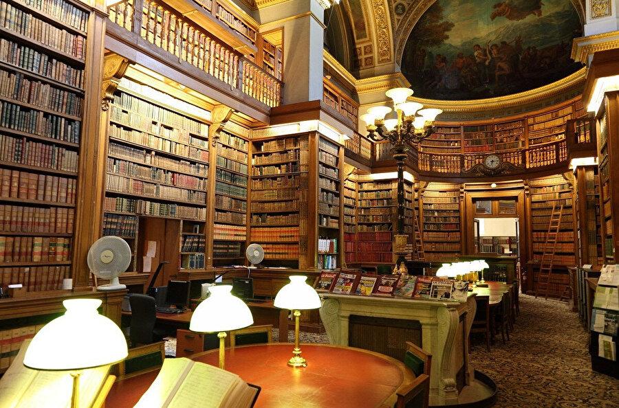 Kütüphane, kitaptan bir dünyadır. Kitap burada krallığını ilan etmiştir.