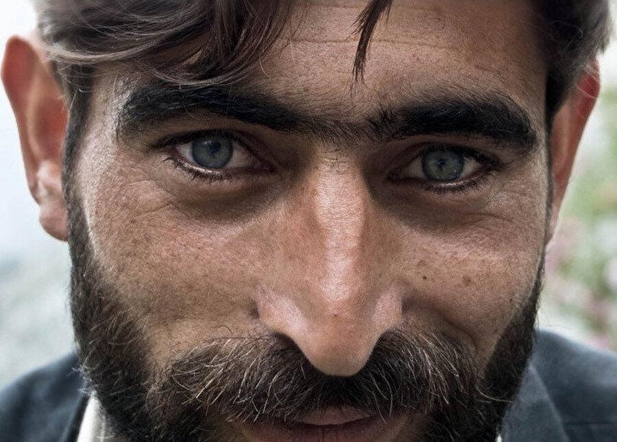 Adamın yeşil çayırlara bakan güzelim gözleri dondu.