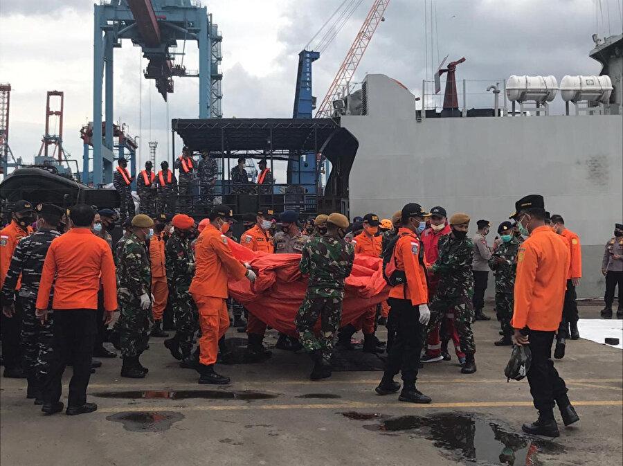Endonezya'da düşen yolcu uçağına ait parçalar kriz merkezine getirildi