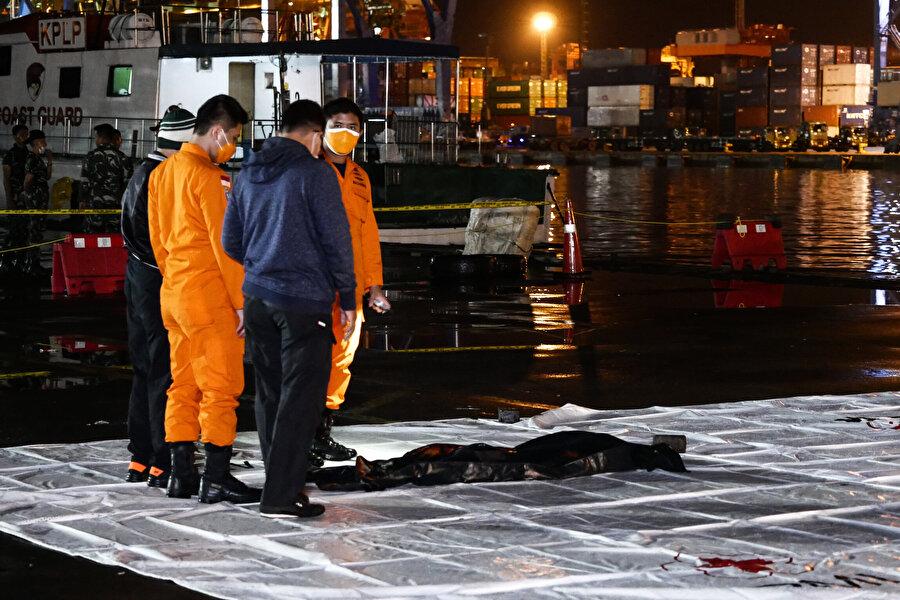 Endonezya'da uçağın denize düştüğü bölgede kot pantolon ve metal parçaları bulundu