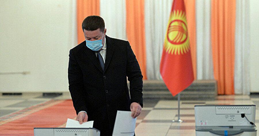 Kırgızistan Meclis Başkanı Talant Mamıtov, başkentte oyunu kullandı.