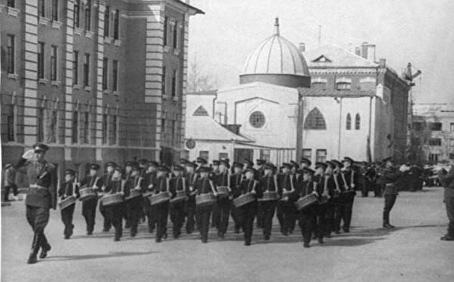 Zafer Bayramı kutlamaları provası, Mayıs 1965. Cami artık kamusallaştırılmış ve kapatılmış, hilaller kaldırılmış, minare yıkılmış.