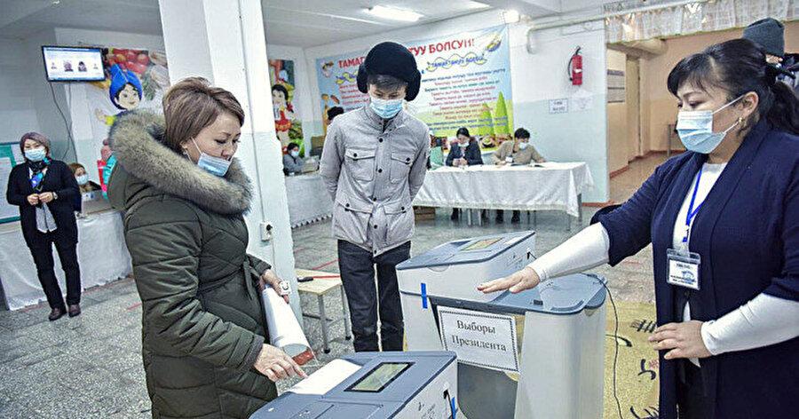 Yerel saatte 08.00'de açılan 2 bin 474 sandıkta oy kullanılmaya başladı.