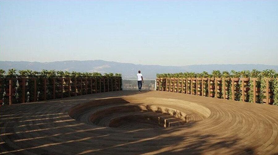 Gözlemevi terasında, panoramik manzaralar sunan bir açık hava amfi tiyatrosu bulunuyor.