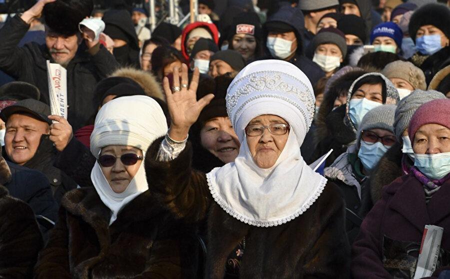 Seçim kampanyası döneminde Caparov'u dinleyen Kırgızlar.