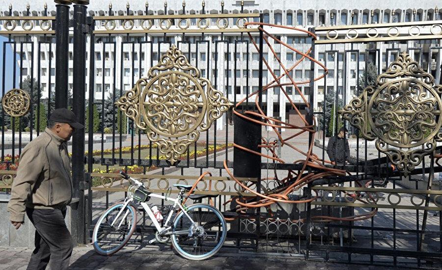 Protestolar sonrası hükümet binalarının kapıları.