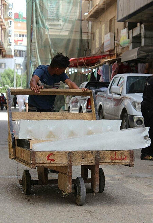 Kerbelâ'da sokaklarında buz satan bir seyyar satıcı.