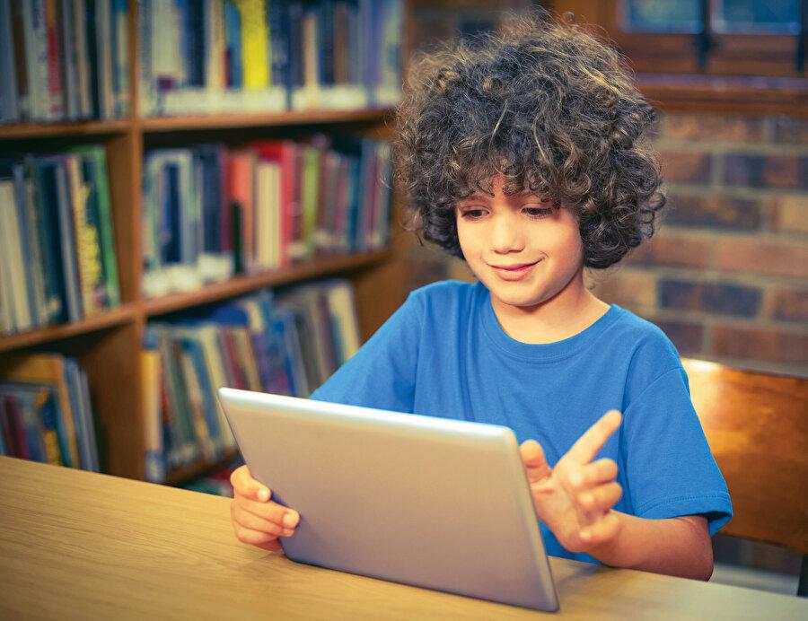 Akıllı telefonlar, tablet, sosyal medya, bilgisayar oyunları eşliğinde 'online hayata' geçilince; İnternet, kitap okuma alışkanlığına ket vuruyor, çocuklar kitaptan uzaklaşıyor tartışmaları/şikayetleri başladı.