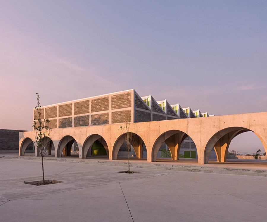 Projede, yapılar arası bağlantıyı oluşturan arkatlar ön plana çıkıyor.
