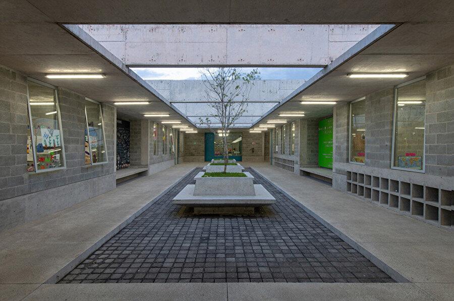 Eğitim binasının merkez avlusu.
