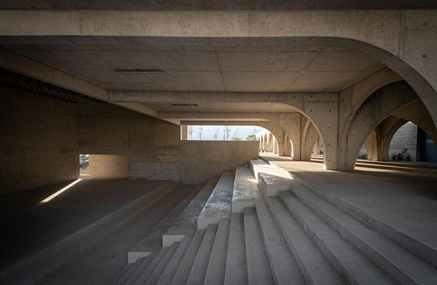Arkat ile sanat merkezini bağlayan merdivenler.