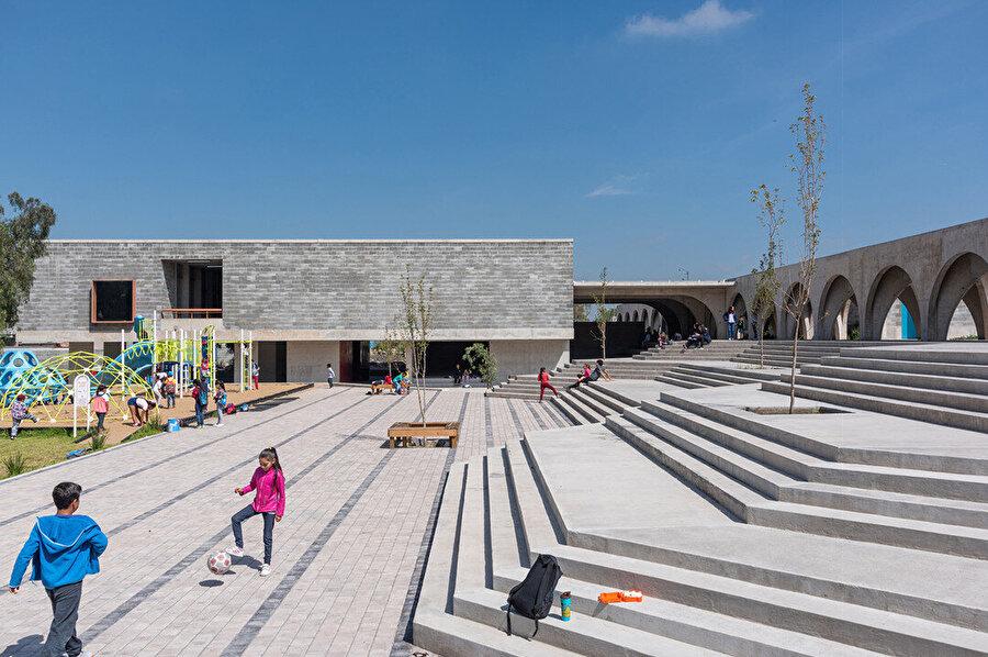 Binalar arasında, çocuklar için açık hava oyun alanları bulunuyor.
