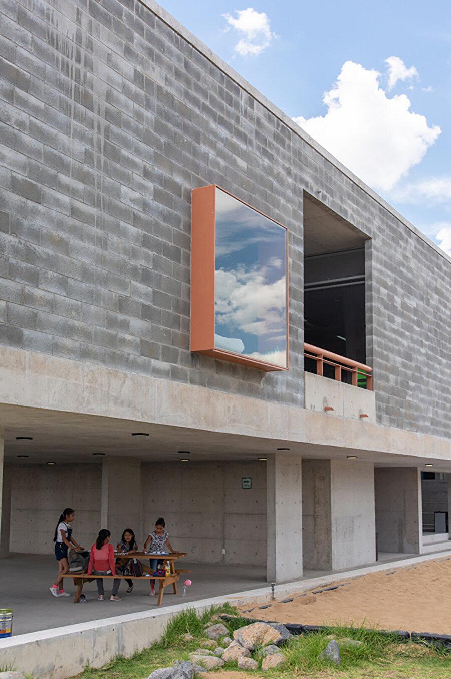 Projede; sanat binası, salonlar ve atölyelerle birlikte yarı açık bir oditoryum tasarlanıyor.