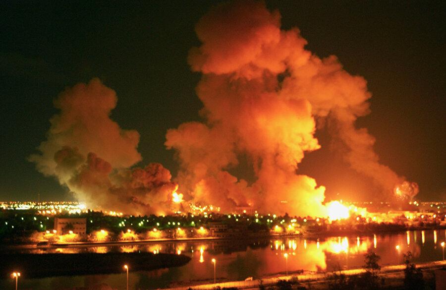 1258'de Moğollar tarafından yakılan İslam medeniyetinin kadim şehri Bağdad 2003 yılında bu sefer Amerikalılar tarafından yakılırken.. Dicle Nehri sanki gözü yaşlı yine olan bitene şahitlik ediyor gibi..