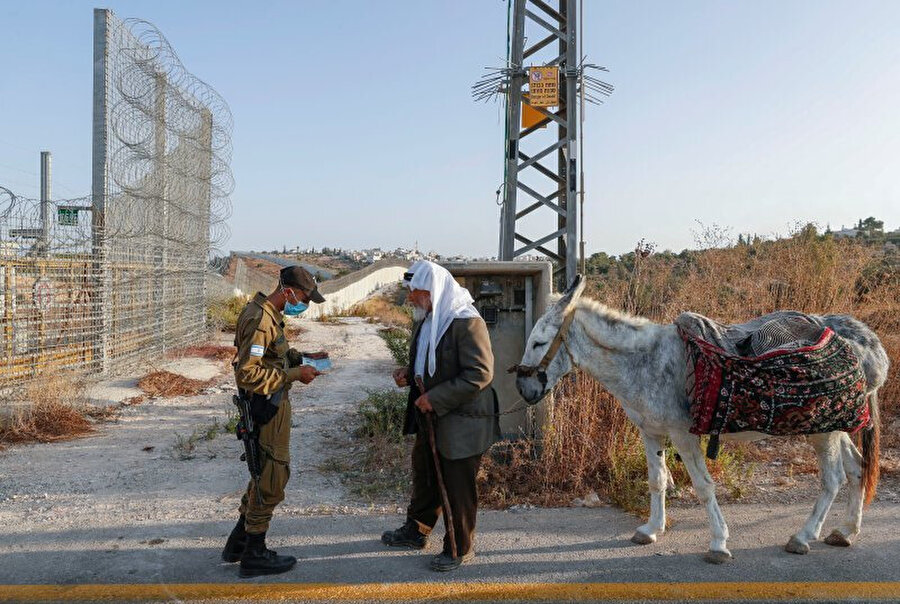 İsrail kontrol noktasında durdurulan Filistinli yaşlı adam.