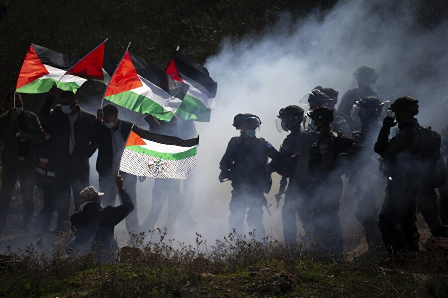 Yasa dışı Yahudi yerleşim birimlerini protesto eden Filistinliler.