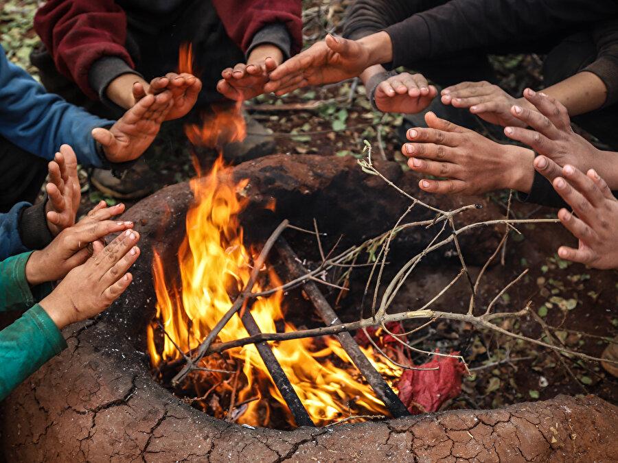 Aileler, tezek, plastik, ayakkabı, eski elbise ve naylon yakarak ısınabiliyor.
