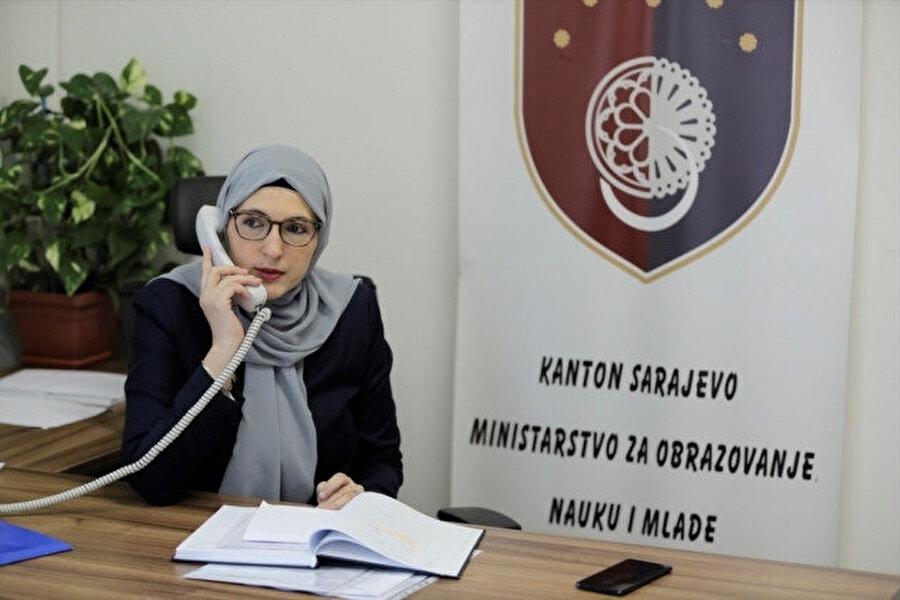 Muminovic, 2015'ten beri mezunu olduğu ve öğretmen olarak da çalıştığı Birinci Boşnak Lisesinin müdürlüğünü yapıyordu.