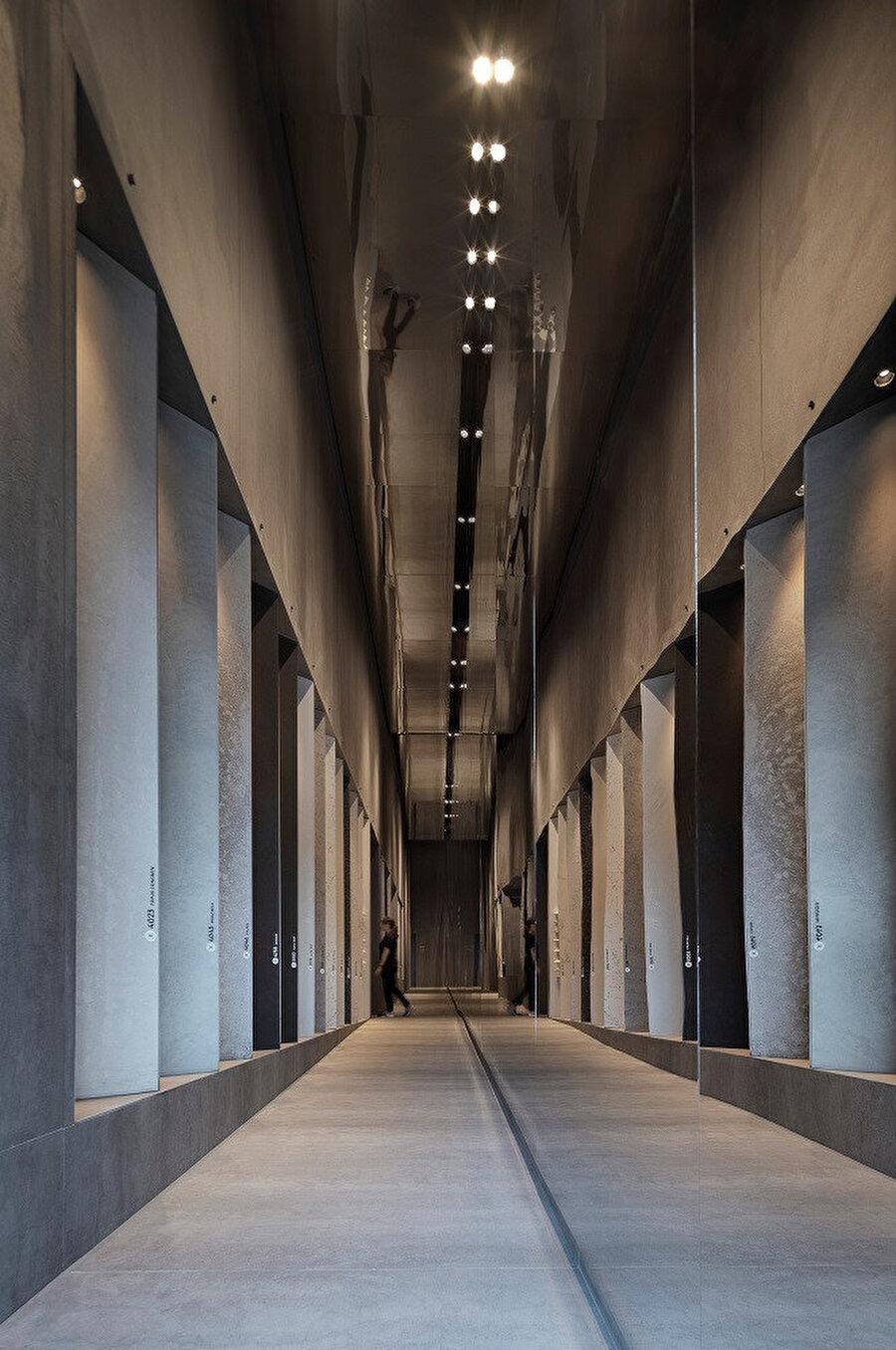 Markaya ait kuvars ve porselen taşların sergilediği koridor.