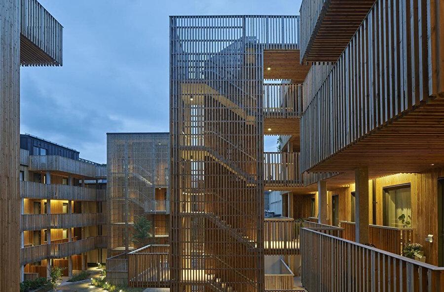 Dairelere açık merdivenler ve koridorlarla erişiliyor.