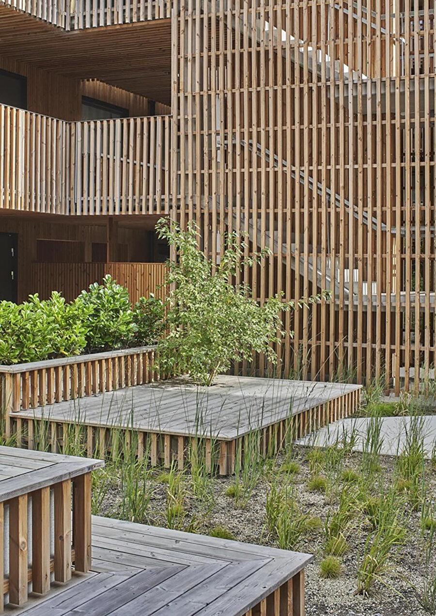 Avlu, çeşitli oturma ve toplanma alanları sağlıyor.