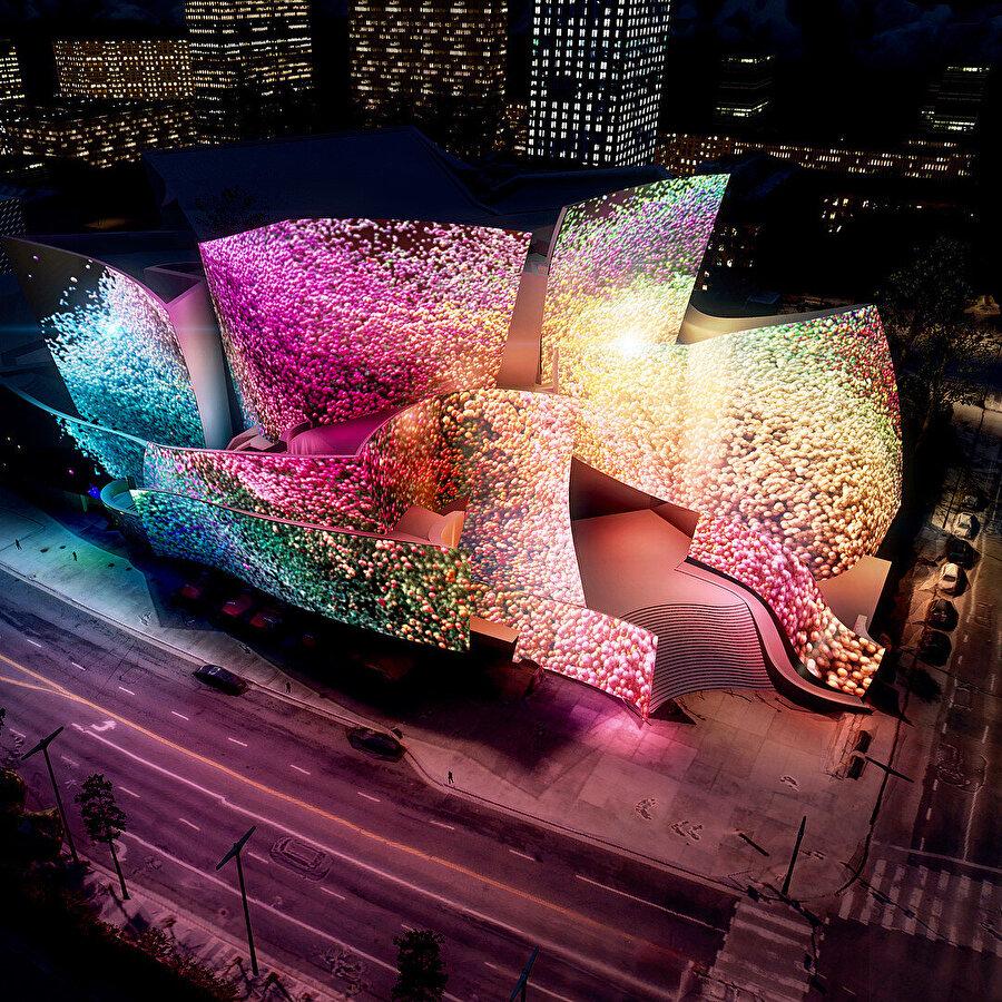 Refik Anadol'un Walt Disney Konser Salonu cephesine yansıtılan yeni medya sanatı.