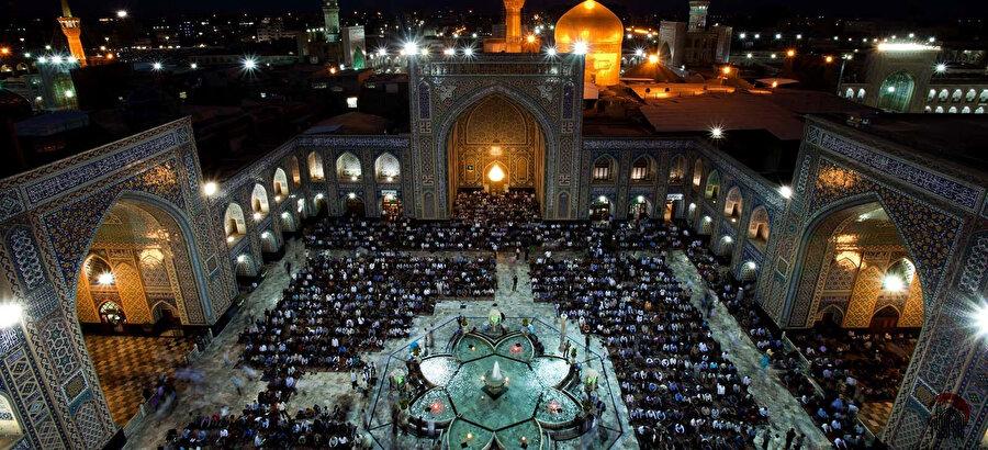 Yaklaşık 600 bin metrekarelik bir alana yayılmış olan on iki imamın sekizincisi İmam Rızâ'nın türbe kompleksi.