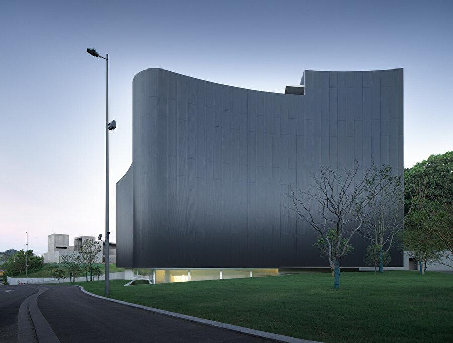 Yapı cephesiyle, genel olarak sisli olan hava durumuna uyum sağlıyor.