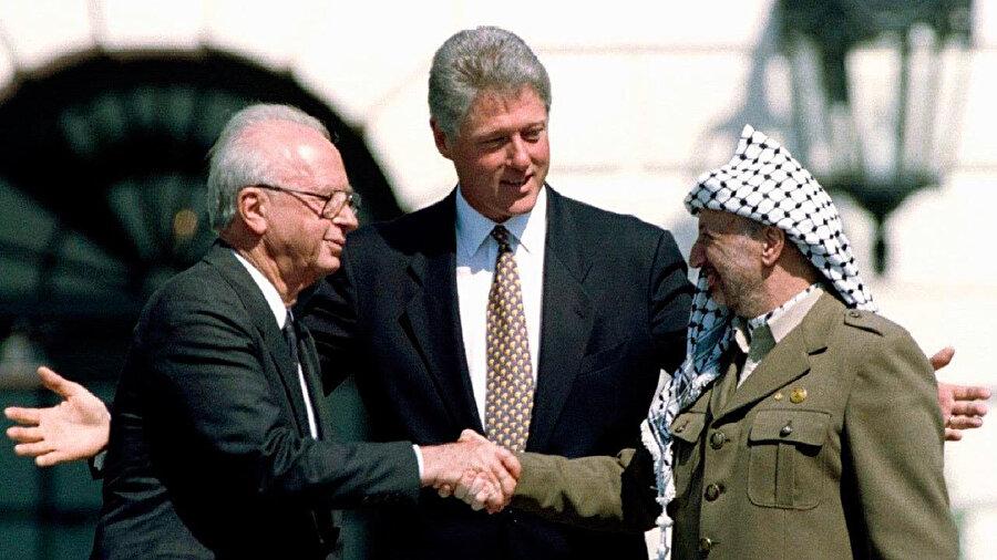 Oslo Anlaşması'ndan beri tüm ABD başkanları her altı ayda bir erteleme belgesi imzalayarak terör listesinde olmasına rağmen FKÖ'nün Washington'da temsilcilik bulundurmasına olanak sağlıyordu.