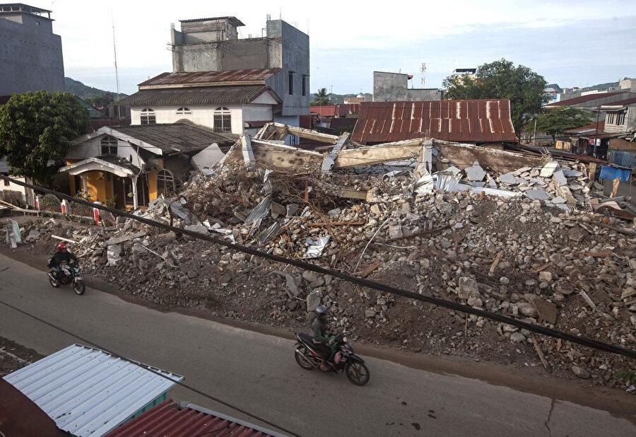 Depremde çok sayıda bina hasar gördü.