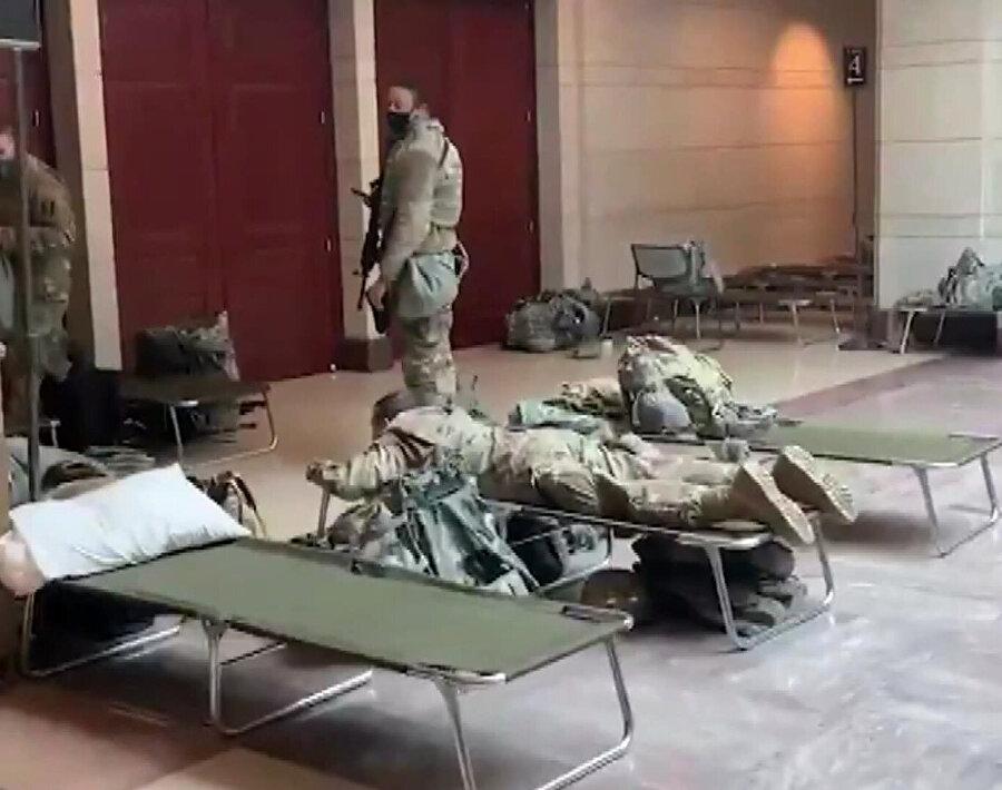 Görüntülerde, ABD askerlerinin sedye üzerinde dinlendiği görülüyor