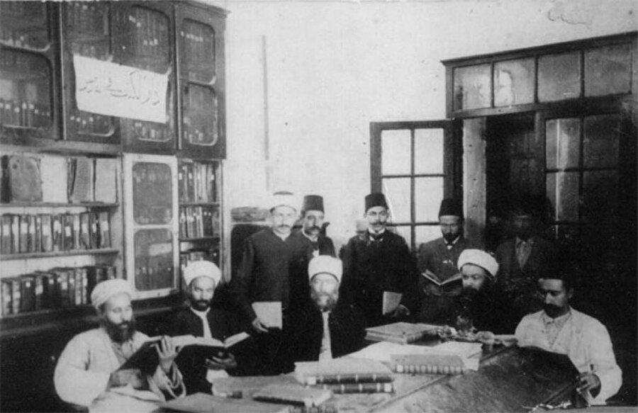 Hacı Râgıp Bey ve arkadaşları, kütüphanede kitaplarla.