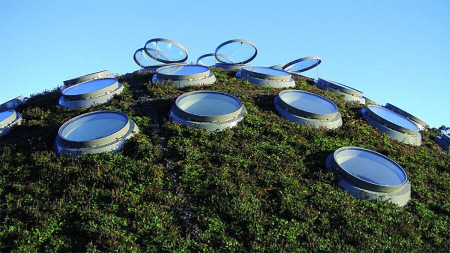 Kubbelerin üzerindeki yuvarlak tavan pencereleri.