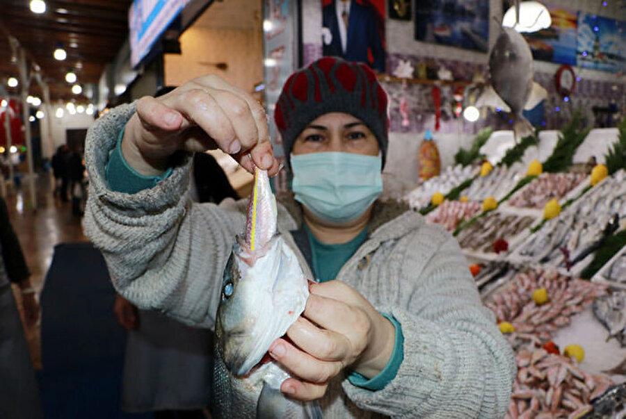 Balıklar ağır gelsin diye küçük balıkları yutturuyorlar