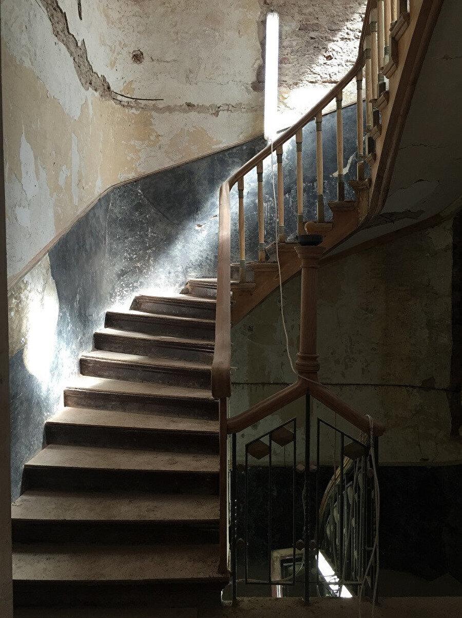 Restorasyon başlarken merdivenler.