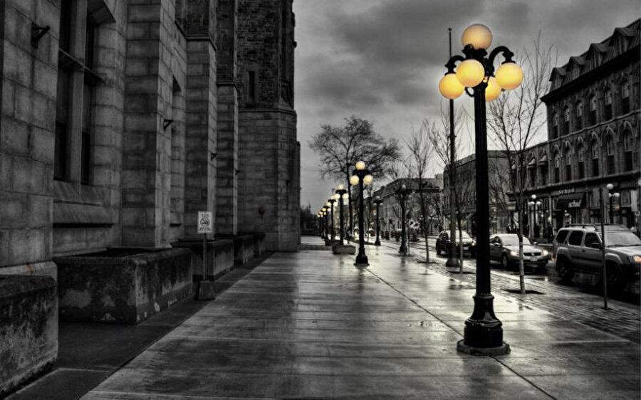 Böyle cetvelle çizilmiş gibi dümdüz bir caddede yürüyen bir insanın özne olarak bir önemi, kıymeti var mıdır?