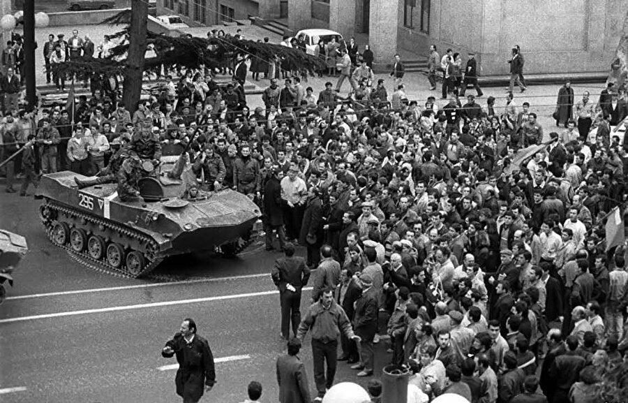 Tanklar ve ağır zırhlı araçlar insanların üzerlerine sürüldü.