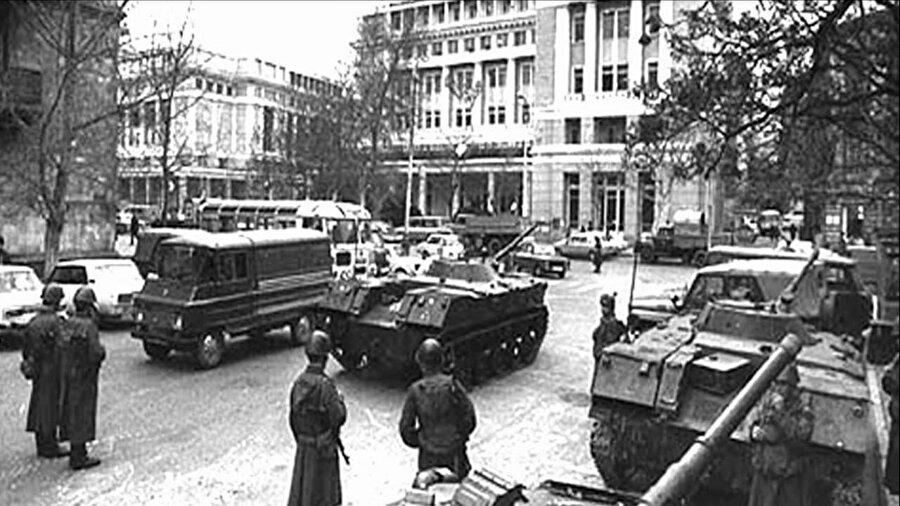 26 bin kişilik Sovyet ordusu zırhlı araçlarla 5 yönden Bakü'ye girdi.