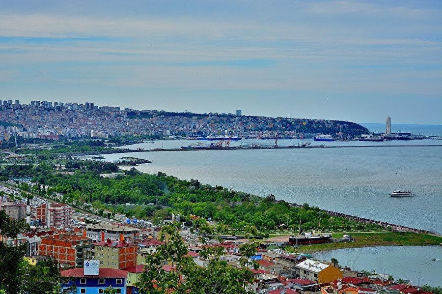 Karadeniz Bölgesi'ndeki Orta Karadeniz Bölümü'nde, Türkiye coğrafyasının en kuzeyinde merkezî bir noktada yer alır.