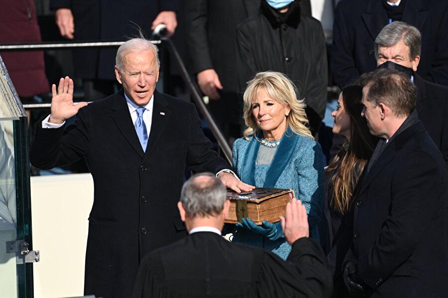 Baş yargıç John Roberts'in önünde yemin eden Biden'ın el bastığı İncil'i First Lady Jill Biden tuttu