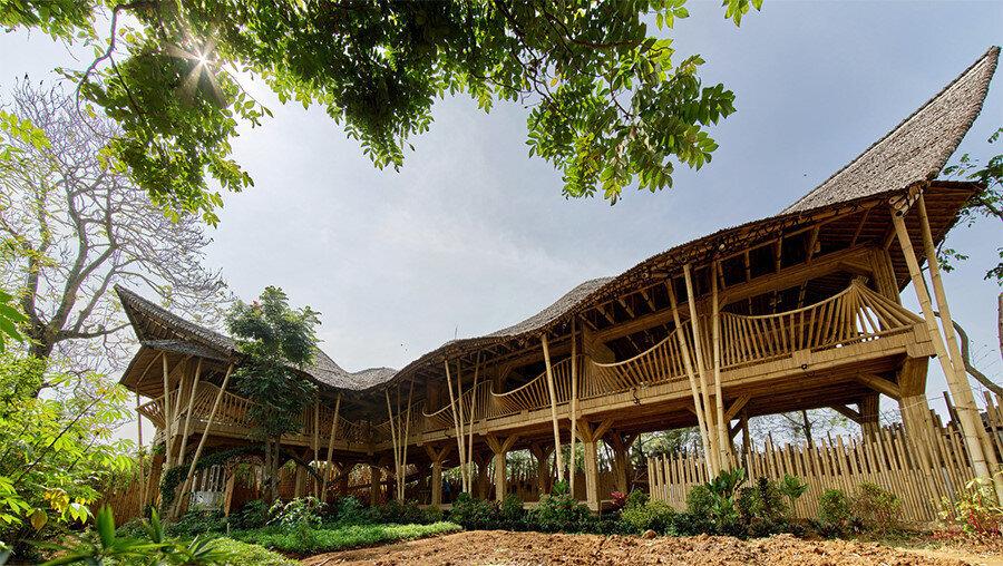İki katlı atölye (Kujang), dalgalı bir çatı formuna sahip.