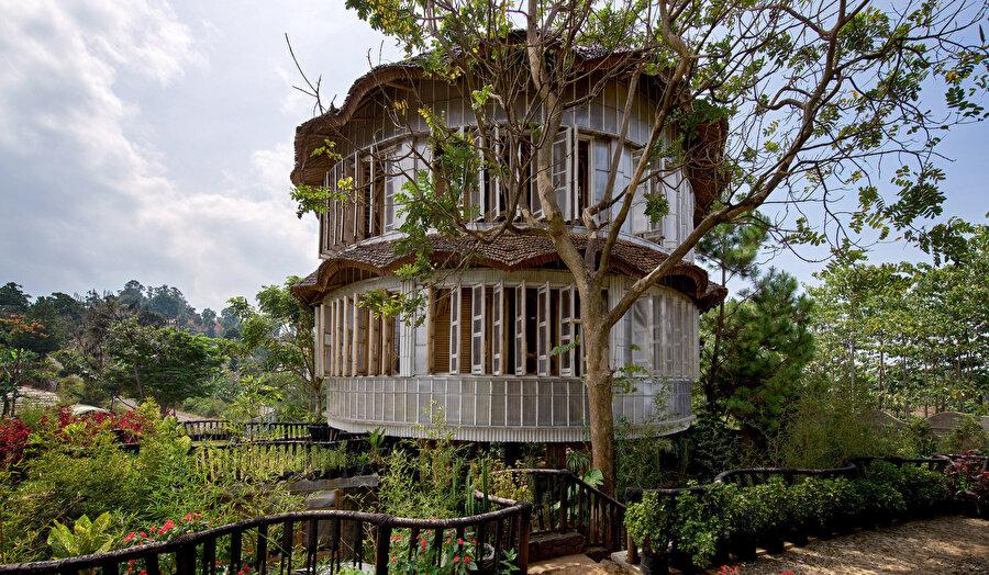 Konut (Sumarah); iç bambu yapısını kaplamak ve korumak için geri dönüştürülmüş plastik paneller kullanılarak inşa ediliyor.
