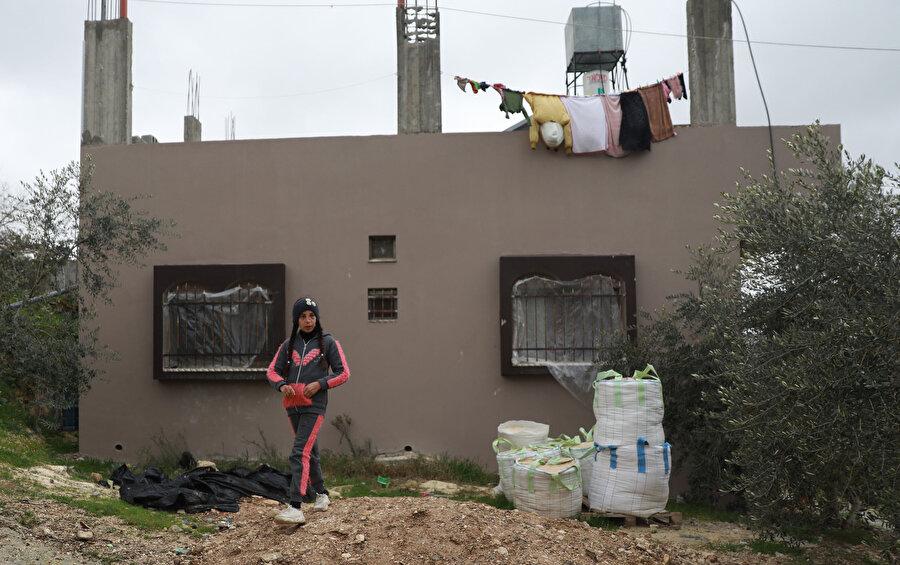 Okula gitmek için dahi evden çıkmak istemeyen küçük kız, halen şaşkınlık ve korku içinde olduğunu söyledi.