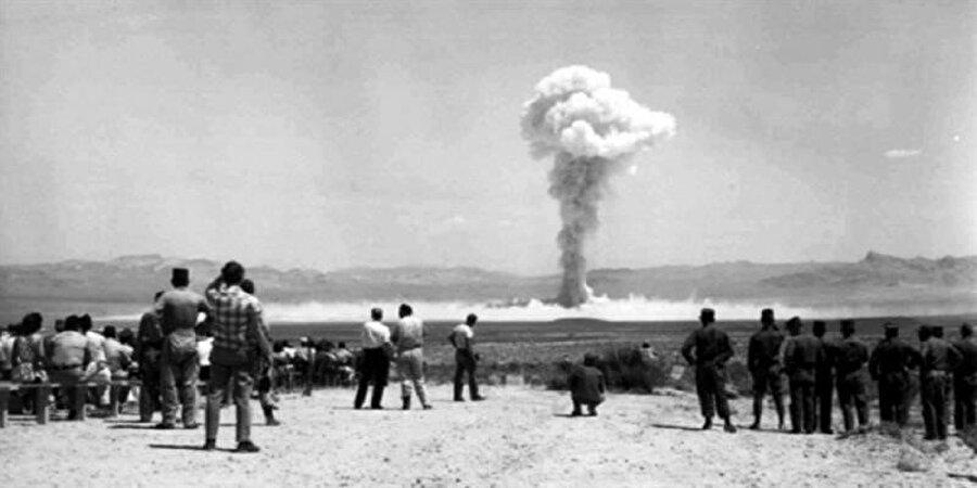 Fransa Sahra Çölü'nde 17 nükleer deneme gerçekleştirdi.