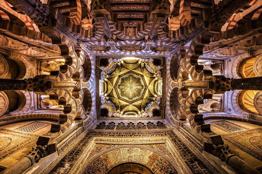 Kurtuba Camii'nin olağanüstü kubbe süslemesi.